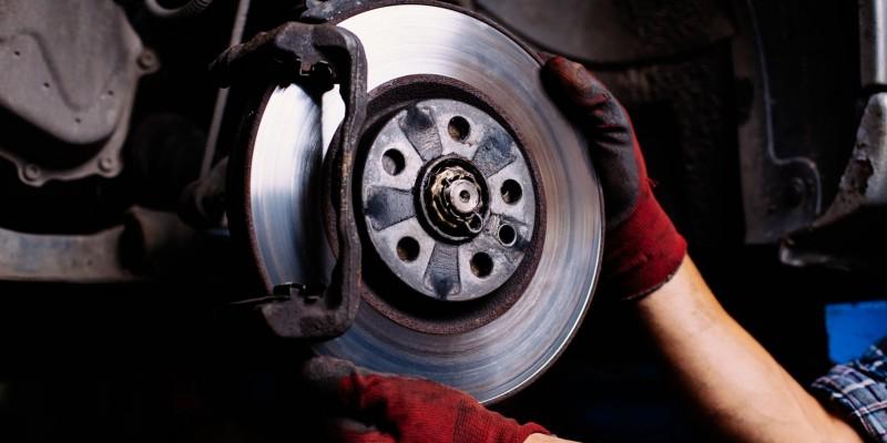 Quand et comment vérifier vos disques et plaquettes de freins ?