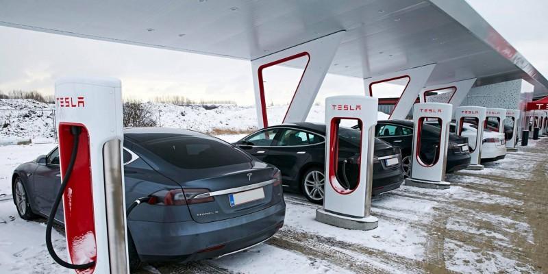 Tesla : installation de 40 super chargeurs.